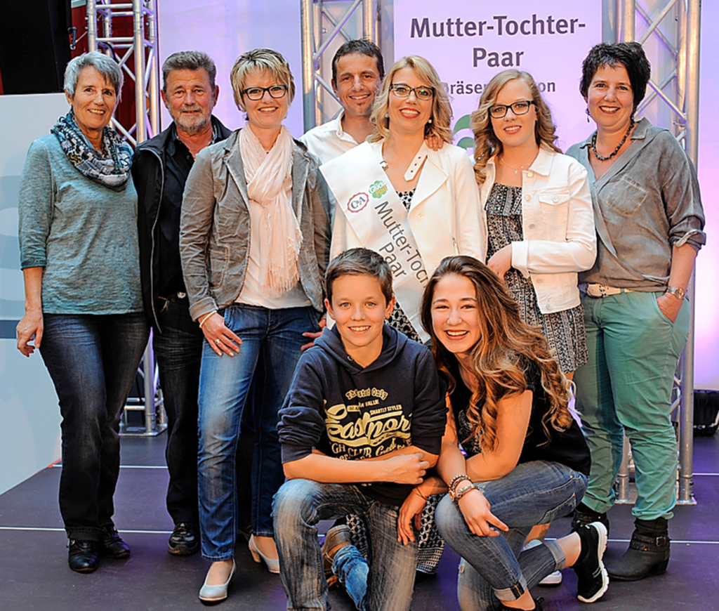 Die ganze Familie freute sich mit dem Siegerpaar, v.l.: Ernas Eltern Lisä und Köbi, die Schwestern Heidi und Maya, Lebenspartner Martin; vorne Delias Bruder Remo und ihre Cousine Julia.