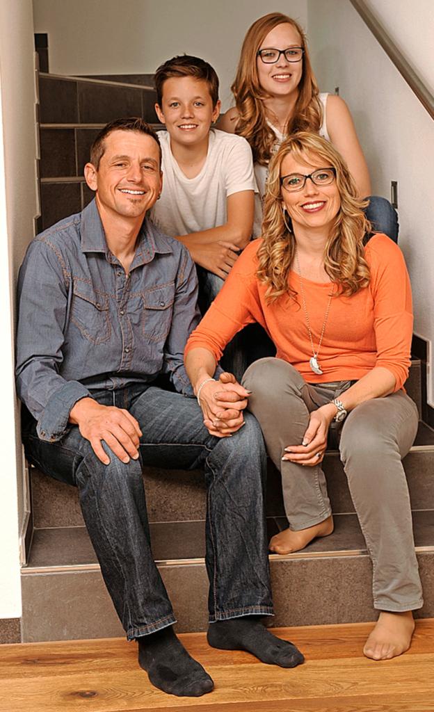 Erna Beglinger mit ihren Kindern Remo und Delia Brunner sowie ihrem Lebenspartner Martin Zimmermann.