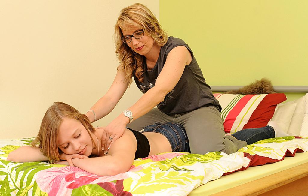 Intime Momente und Wellness daheim: Etwa einmal im Monat darf sich Delia auf dem grossen Bett in ihrem Zimmer von Mami massieren lassen.