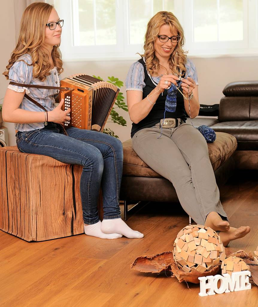 Schwyzerörgeli spielen ist das liebste Hobby des Teenagers. Sein Mami strickt und bastelt gerne, hat Spass, die Wohnung immer neu zu dekorieren.