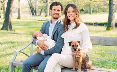 Das Paar im Schlosspark, wo es oft spazieren geht – mit Alexander im Kinderwagen. Dabei ist da auch Hund Siri.