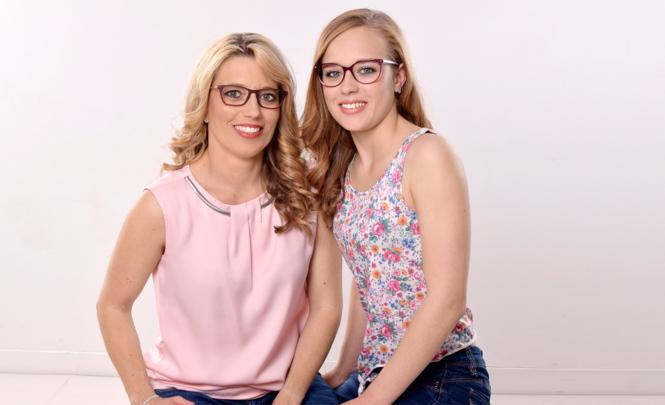 Mit Concealer werden Augenringe abgedeckt, auch der Brillenschatten wird etwas reduziert. Unser harmonisches Mutter-Tochter-Paar strahlt um die Wette.