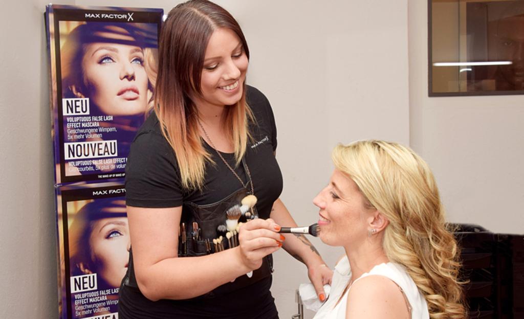 Max-Factor-Make-up-Artist Danka Topalovic (l.) gab der zweifachen Mutter wertvolle Tipps und zeigte ihr die richtige Schmink-Technik.