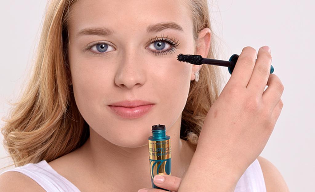 Mascara bildet den unverzichtbaren Rahmen für das kurzsichtige Auge. Kräftig auf den oberen und unteren Wimpern auftragen und Uplift-Bürste direkt am Wimpernkranz ansetzen. False Lash Effect Voluptuous Mascara.