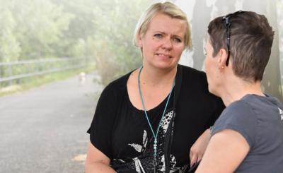 Nina Karvonen (links) hilft Menschen wie Manuela R., im Alltag wieder Fuss zu fassen.