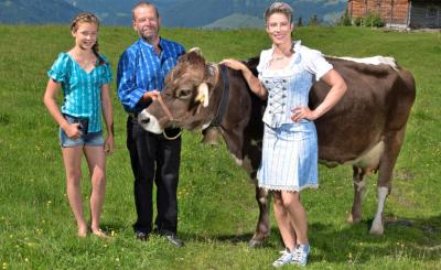 Oben: GlücksPost-Leasing-Kuh Erika macht sich gut in der Statistenrolle.