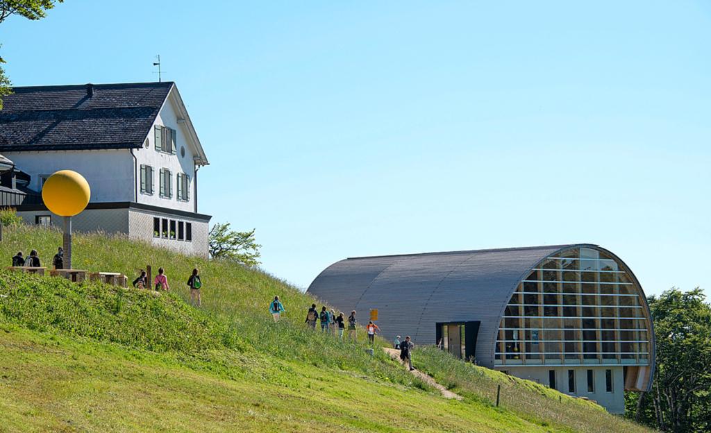 Die Bergstation – ein interessantes Bauwerk aus viel Schweizer Holz.