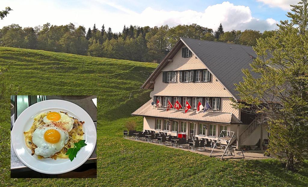 Bei sonnigem Wetter können die Gäste die währschafte Sennhaus-Rösti (kl. Bild unten) auf der schönen Terrasse mit Blick ins Grüne geniessen.