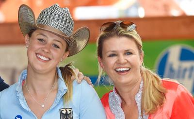 Corinna freute sich mit Tochter Gina Maria über deren EM-Sieg.