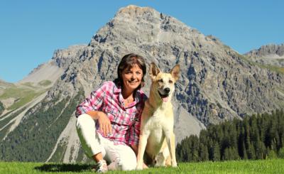 Monika Fasnacht liebt die Berge und ist in Arosa in jeder freien Minute mit ihrem Hund Filou in der Natur unterwegs.
