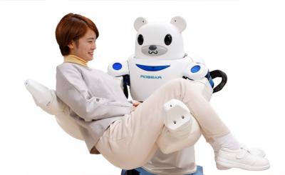 Der Pflegeroboter hebt Menschen – ohne Rückenschmerzen zu bekommen.