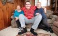 Ein Riese auf der Couch: Broc Brown mit seiner Grossmutter (l.) und seiner Mama.