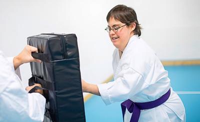 Mit viel Power schlägt die junge Frau beim Training zu.