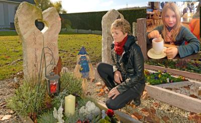 Momente der Stille: Petra Schaub in stummer Zwiesprache mit ihrem verstorbenen Mädchen. Kleines Bild: Sina war ein so lebensfrohes, hübsches Mädchen, das der Mama sehr viel Freude bereitete.