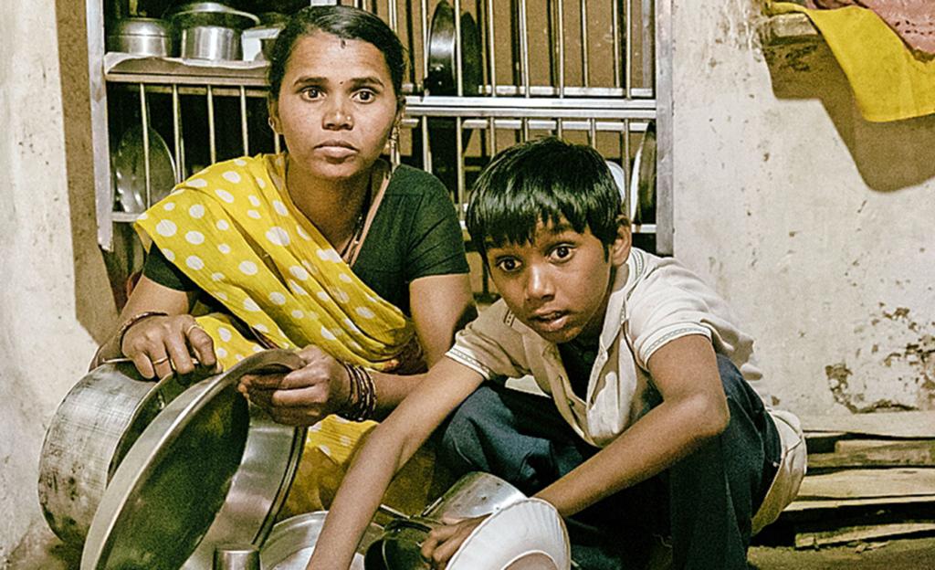 Ganesh half der Mutter trotz seiner Blindheit in der Küche.