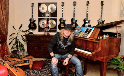 Instrumente und Trophäen: Musik liegt in der Luft in Leo Leonis Wohnzimmer.