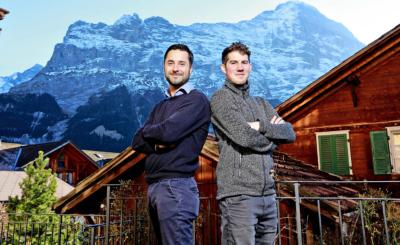 «Wir mögen uns  sehr!»: Jan Messerli (r.) und Daniel Kandlbauer in Grindelwald mit Blick auf den Eiger.