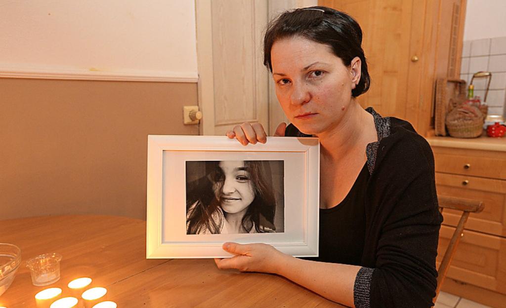 Mama Magdalena Mokris mit einem Foto ihrer verstorbenen Tochter.