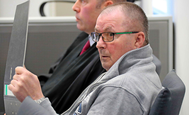 Roland E. (vorne) mit seinem Anwalt während der Gerichtsverhandlung.