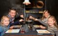 Gemäss dem Slogan «Fondue isch guet und git e gueti Luune» (Figugegl) geniesst die Familie Kälin ihren Znacht im Spezialitäten-Restaurant «Scalottas».