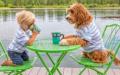 Wie ein menschlicher Freund sitzt der Vierbeiner manchmal mit Buddy an einem Tisch.
