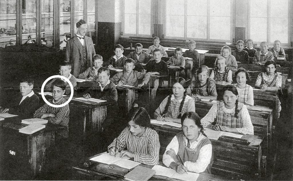 Die 1. Klasse der Bezirksschule Sins 1932/33. Vico (Kreis) und Schwester Sonia (1. Reihe links) wurden als Verdingkinder geplagt.