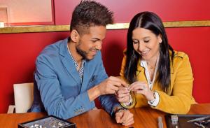 Das Paar sucht die Ringe aus. Der Sänger lässt einen Stein einarbeiten.