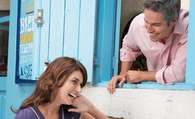 Lachen und eine positive Ausstrahlung helfen, neue Kontakte zu knüpfen.