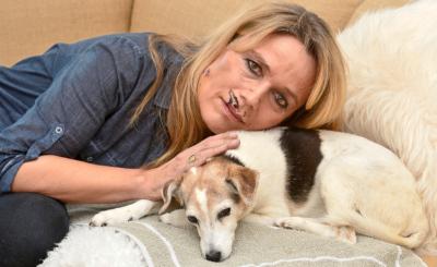 In ihren traurigen Augen ist der Glanz erloschen: Graziella Blatter kämpft mit ihrer Verletzung, zudem ist Hunde-Dame Queeny schwer krank.