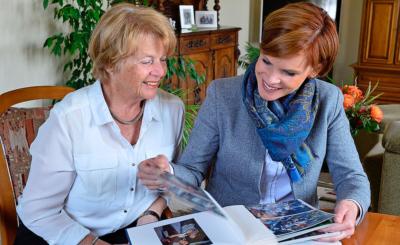 Blättern im Familienalbum: Der Zusammenhalt ist beiden sehr wichtig.