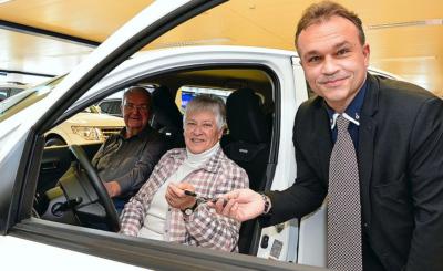 Elsbeth und Hans Grimm erhalten von Jürg Naef, Marketingdirektor Suzuki Schweiz, den Autoschlüssel.