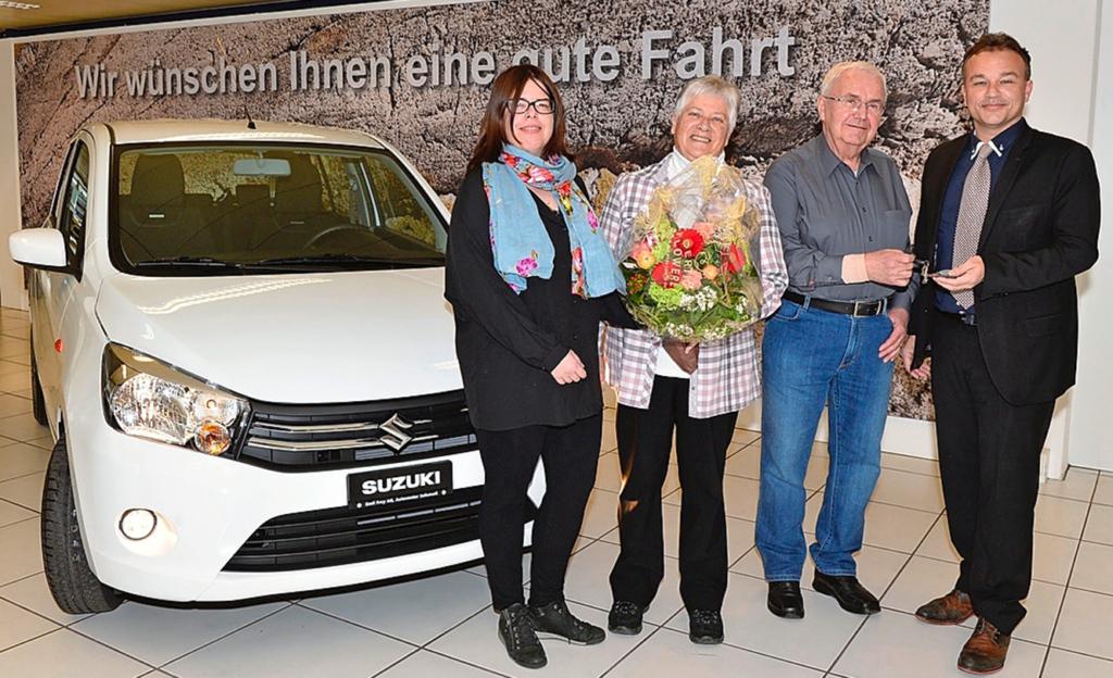 Gruppenbild mit dem brandneuen Suzuki (v.l.): Corinne Zollinger (GlücksPost), Elsbeth und Hans Grimm und Jürg Naef.