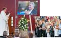 Pfarrer Ernst Heller spendet den Anwesenden in seiner Predigt im Pavillon am See in Weggis Trost und Kraft. Rechts: Rund tausend Ländlerfans, Musiker und Freunde nahmen Abschied (l.). Am Schluss der emotionalen Gedenkfeier applaudieren auch die engsten Familienangehörigen.