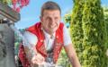 Mit und ohne Bart – Nicolas Senn steht beides! Der Dorfbrunnen in Schwellbrunn bietet bei seinem Abstecher an diesem heissen Tag eine willkommene Abkühlung.